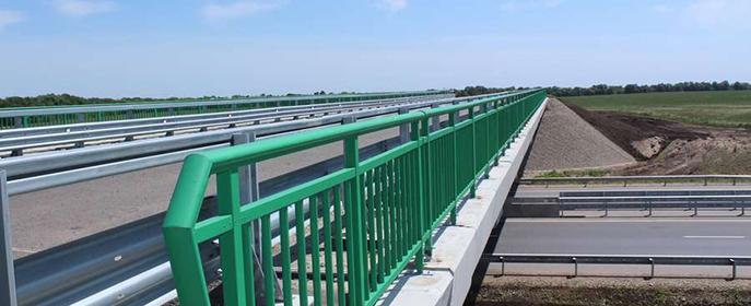 По сравнению со стальными, чугунными или бетонными конструкциями перильные ограждения из композиционных материалов гораздо прочнее при той же массе или гораздо легче при той же прочности.